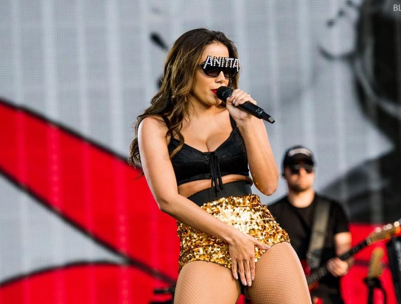 Anitta grava parceria com Rihanna, diz revista