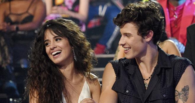 """""""É a 1° vez que me apaixono"""", diz Camila Cabello"""