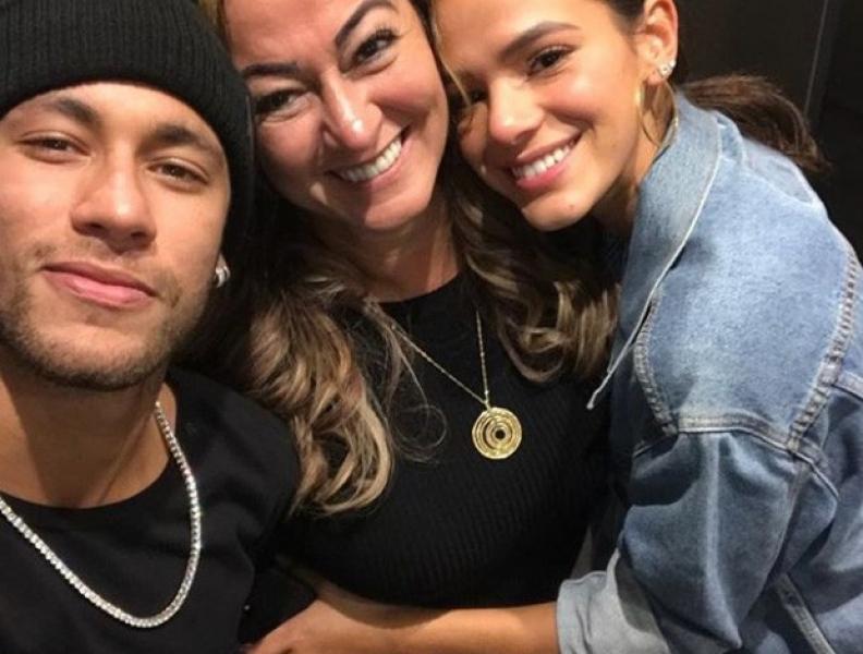 Mãe de Neymar ataca críticos do filho