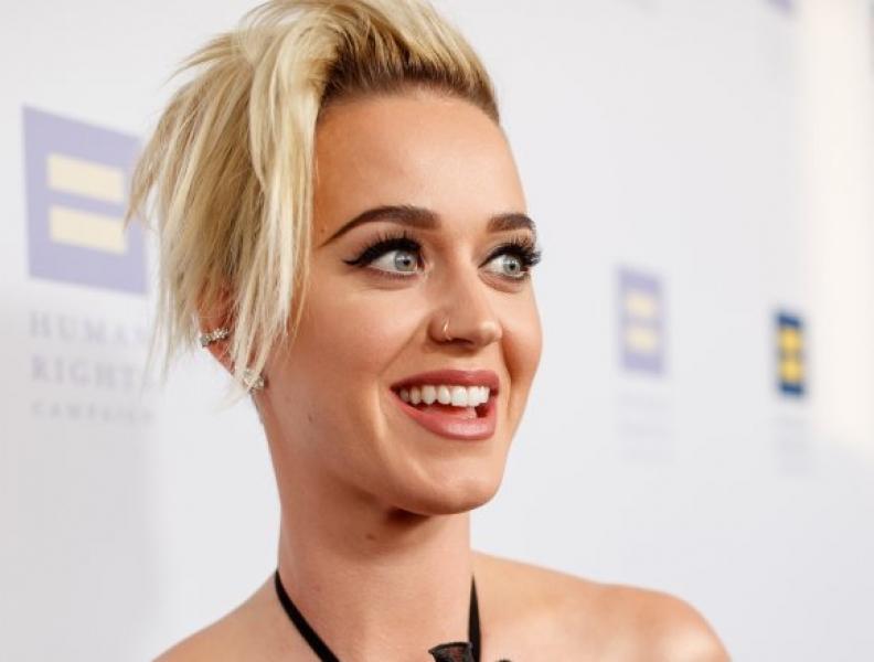 Katy Perry e fã brasileiro se tatuam juntos