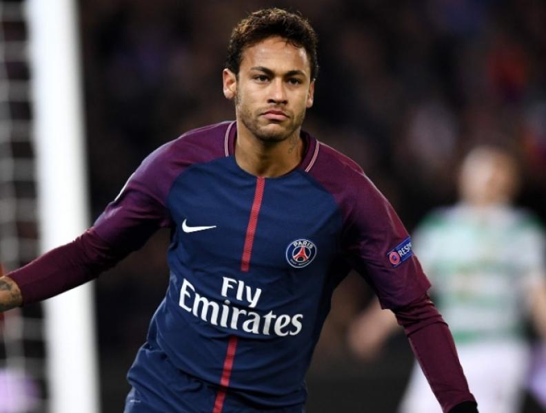 Menino invade campo para abraçar Neymar