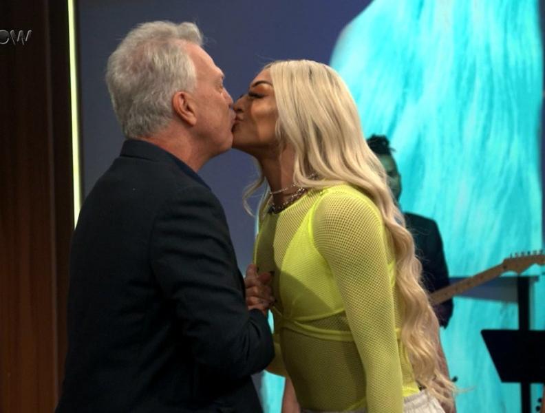 Pedro Bial beija Pabllo Vittar e quebra a internet