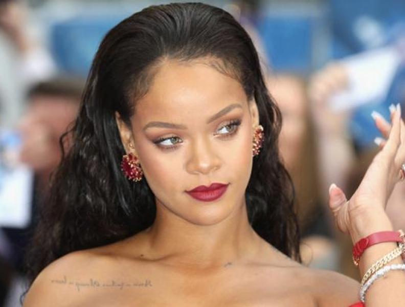Em fotos raras, Rihanna é só alegria ao lado dos pais