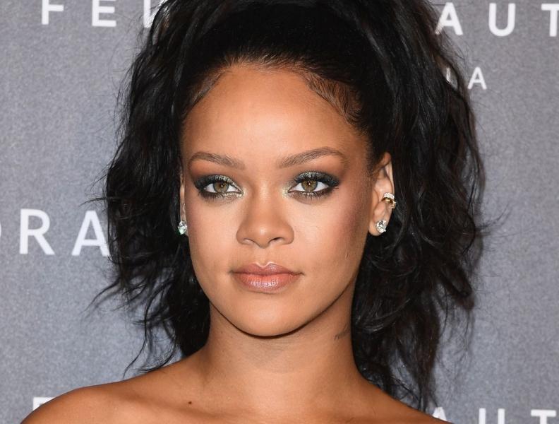 Rihanna inova em desfile de lingerie e faz sucesso