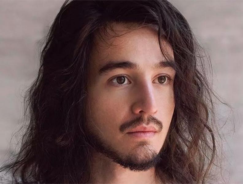Tiago Iorc ressurge e lança álbum visual